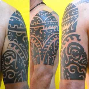 Black and white tribal tattoo on the upper arm 2